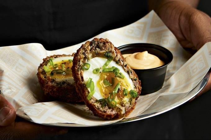 Void Lanches: ovo com a gema molinha enrolado em carne suína e farinha panko