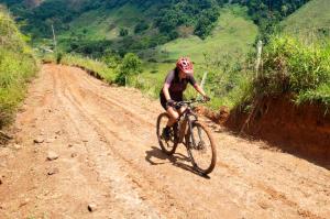 Ciclista sobre ladeira de terra