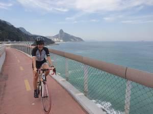 Ciclista pedala em ciclovia do Rio