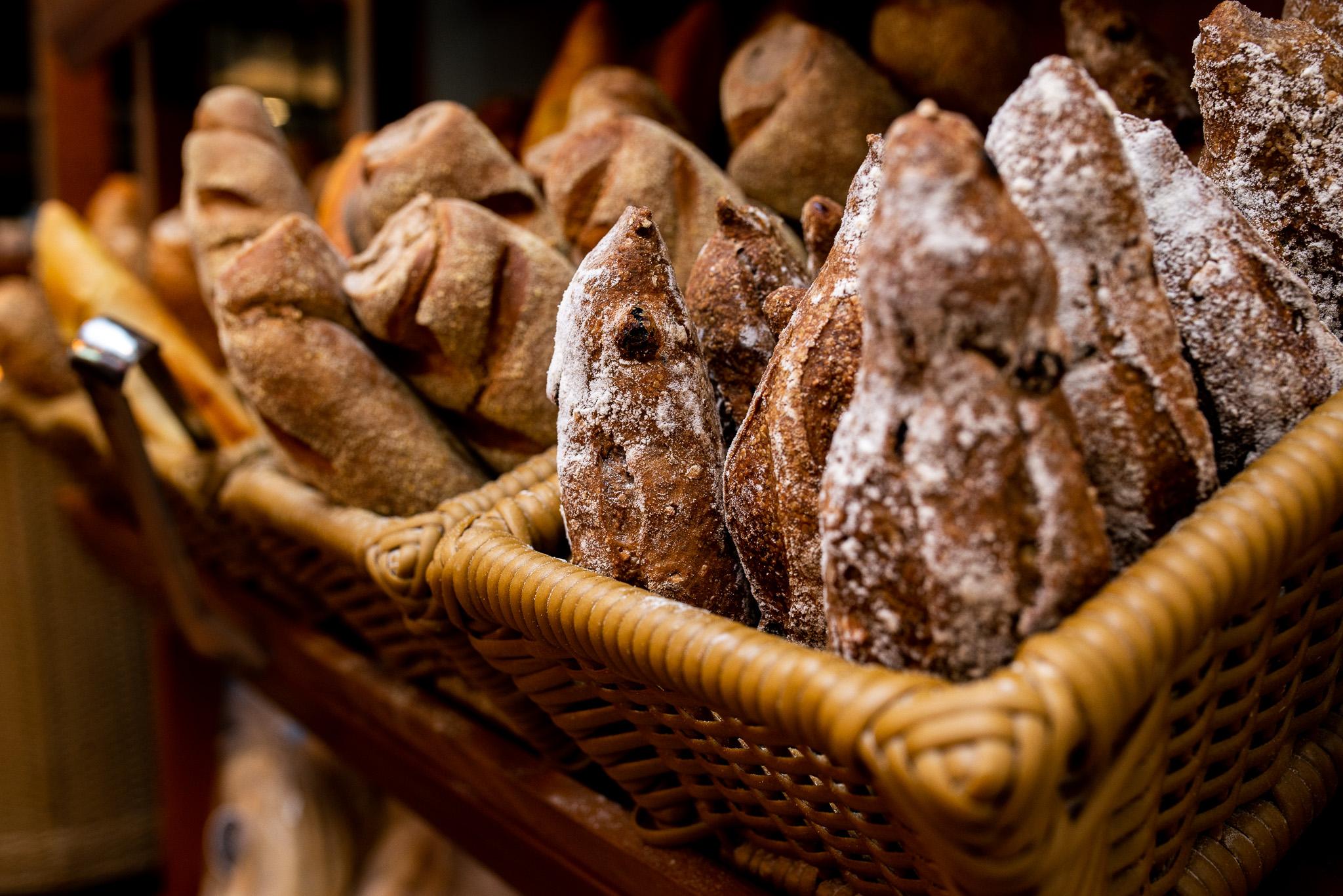 foto de pães artesanais de café com gotas de chocolate e polvilhados de farinha