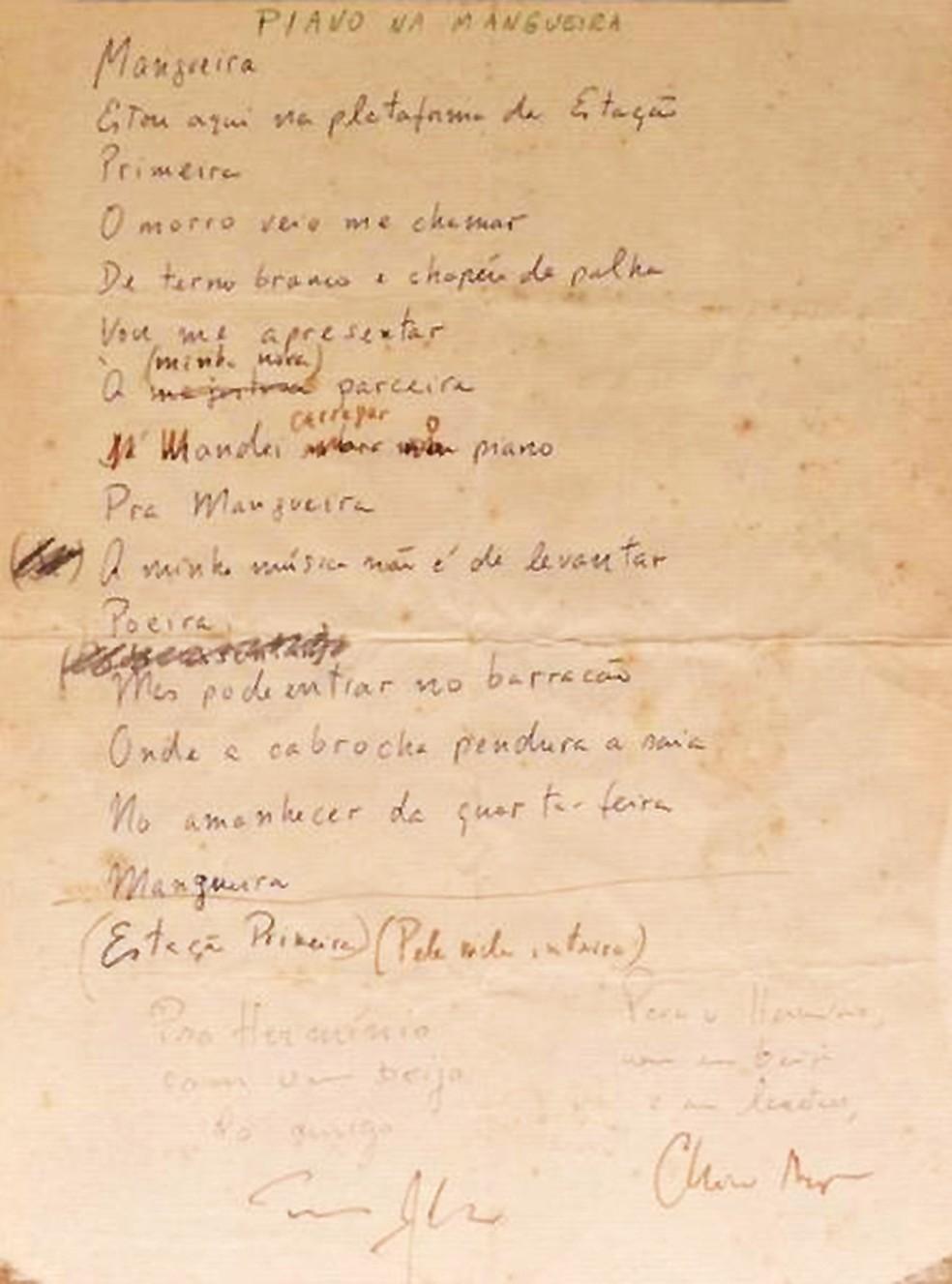 A imagem mostra o manuscrito com a letra de Piano na Mangueira, de Chico Buarque e Tom Jobim