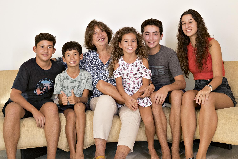 Casa cheia: a aposentada Cristina Torres com os cinco netos -