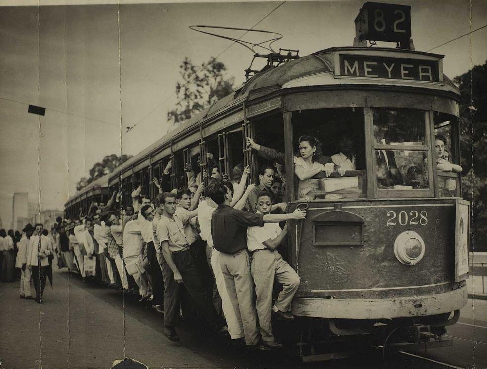 Foto de um bonde lotado indo par o Méier em 1950