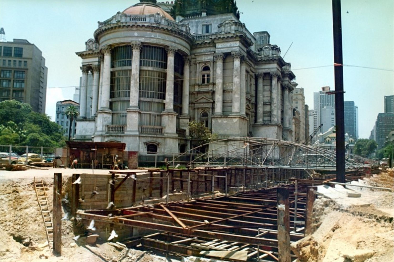 Obras da metrô passam pela Cinelândia, deixando o Palácio Monroe intacto -
