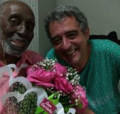 Didu Nogueira e Nelson Sargento posam juntos com as flores