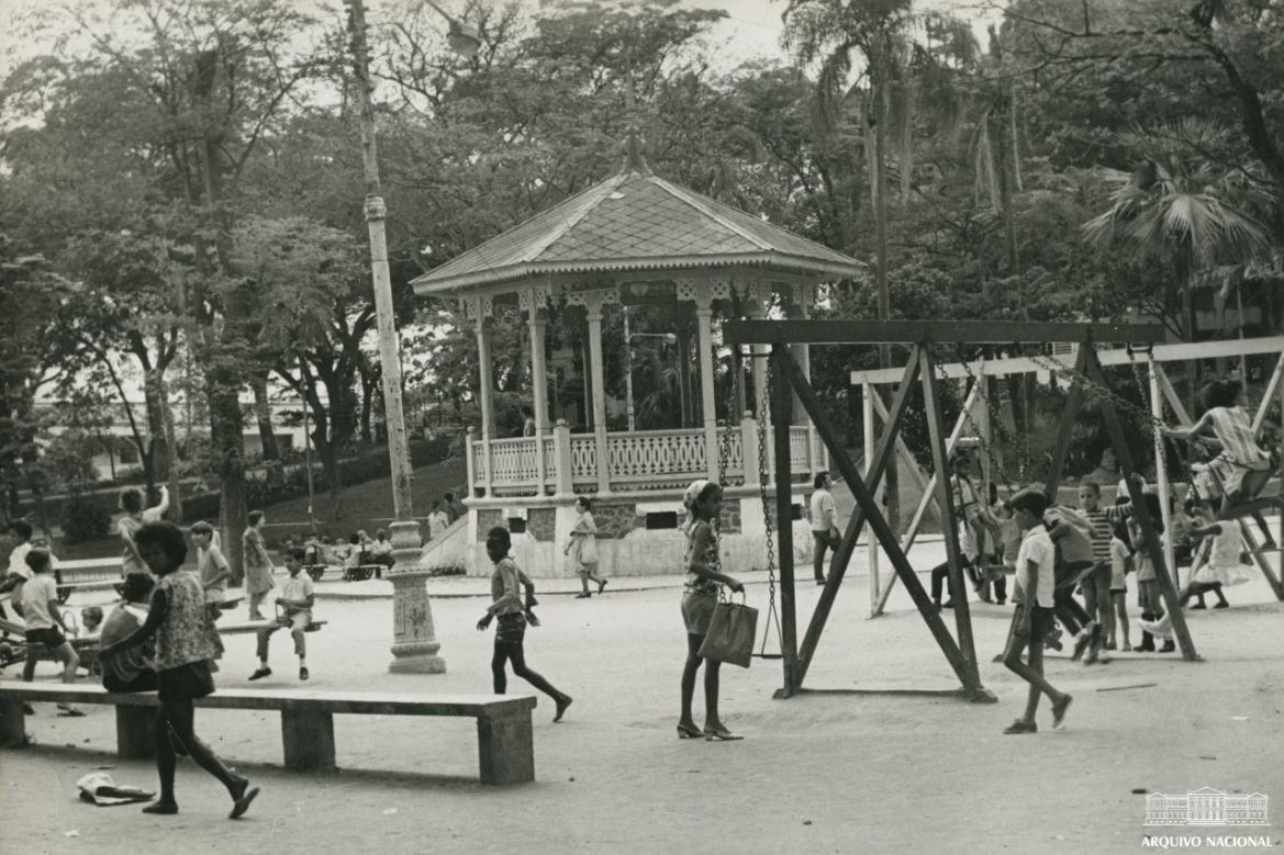 Foto de crianças brincando no Jardim do Méier, na década de 1950,