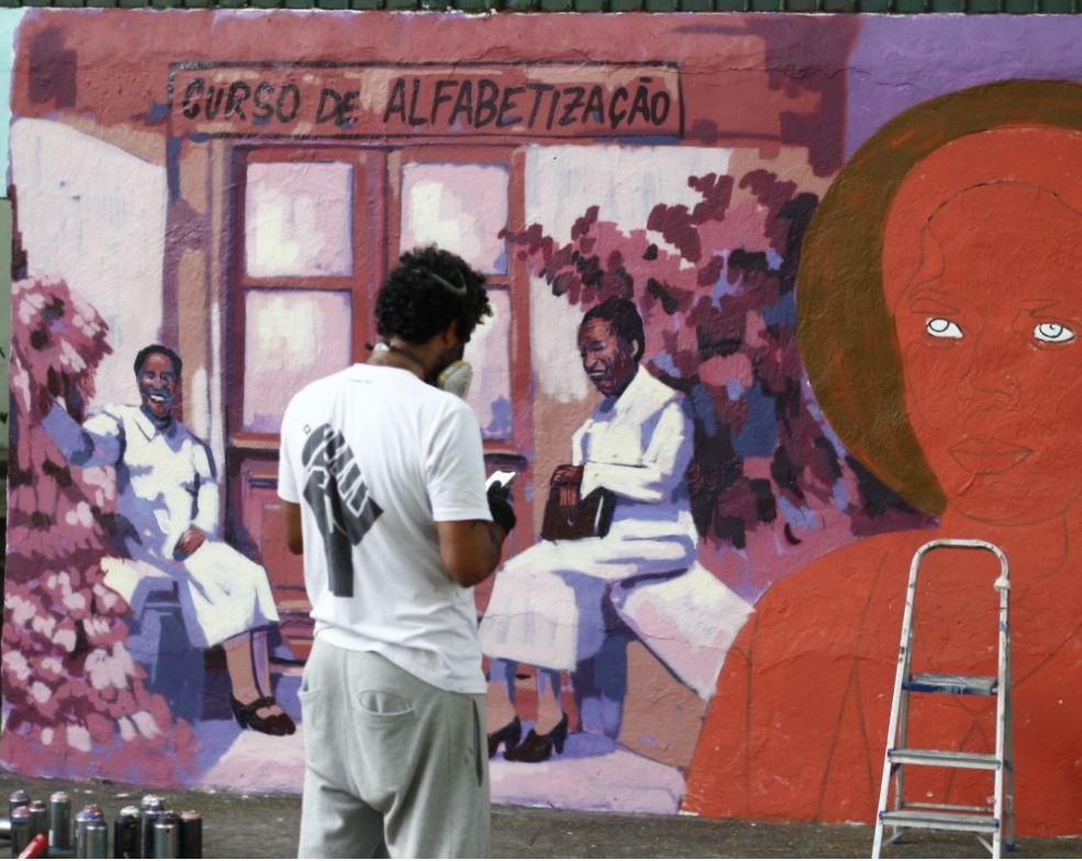 pintando Antonieta de Barros na porta do Colégio Municipal Antônio Jobim, na Rua Adriano, no Méier.
