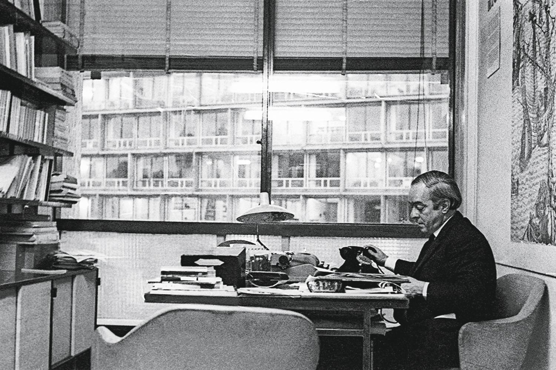 """O diplomata na sede da Unesco, em Paris, 1963: """"Vinicius escreveu muito, trabalhou muito"""" -"""