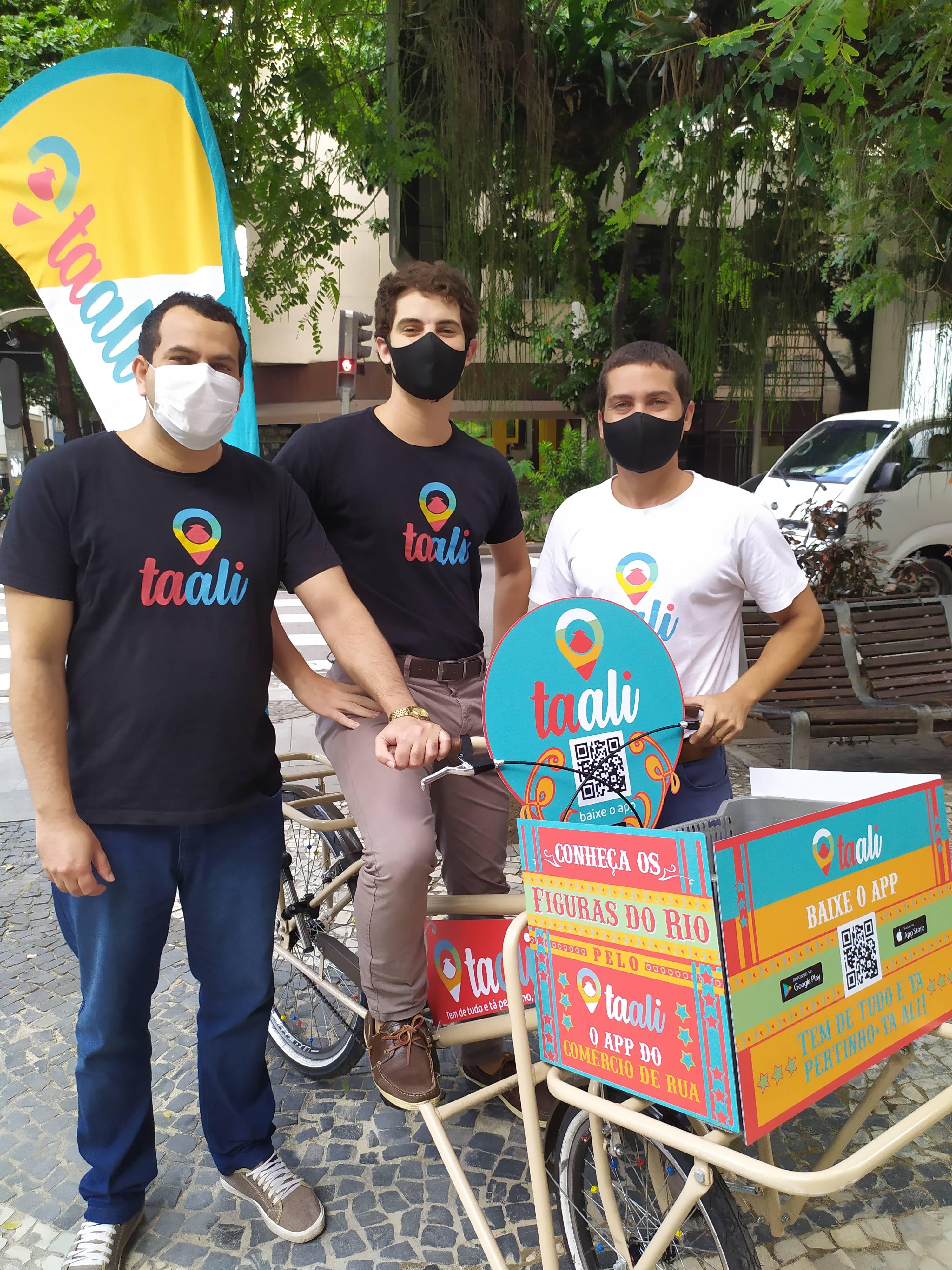Taali: equipe em frente à bike personalizada