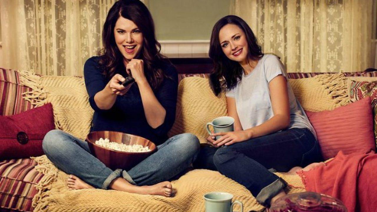 Atrizes de Gilmore Girls sentadas no sofá