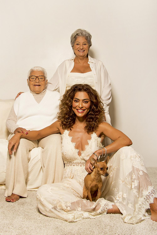 Juliana Paes com a mãe e a avó, Regina e Íris: reencontro emocionado -