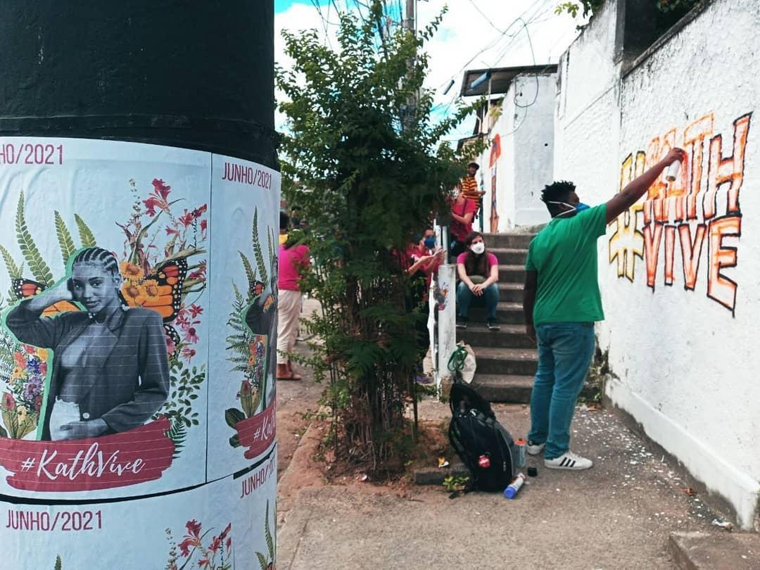 Artista grafita homenagem a Kathlen Romeu