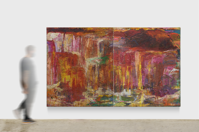 Imagem de um quadro abstrato de grandes proporções em tons de vermelho e amarelo