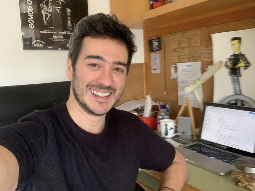 A imagem mostra o ator Marcos Veras sorrindo