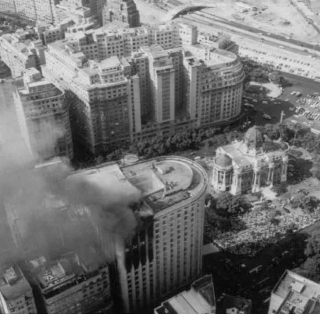 Foto aérea do incêndio do Edifício Astória, com o Palácio Monroe