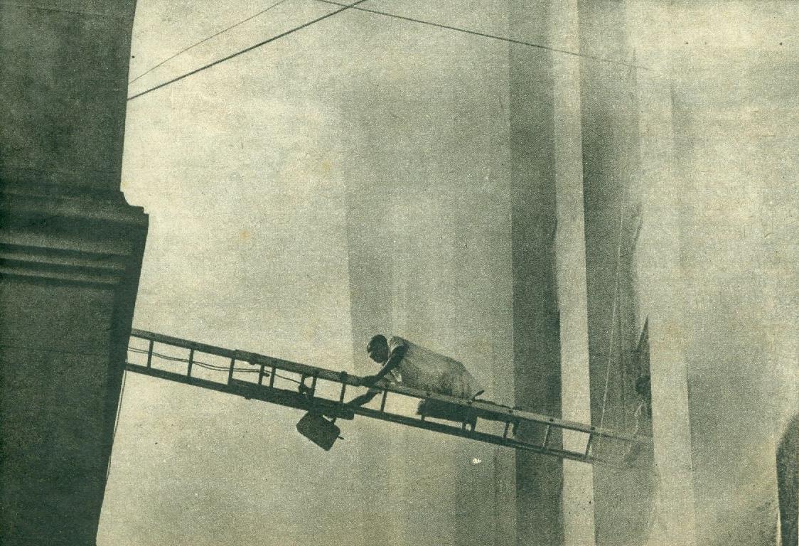 Pessoa atravessa a escada improvisada pelos Bombeiros para se salvar