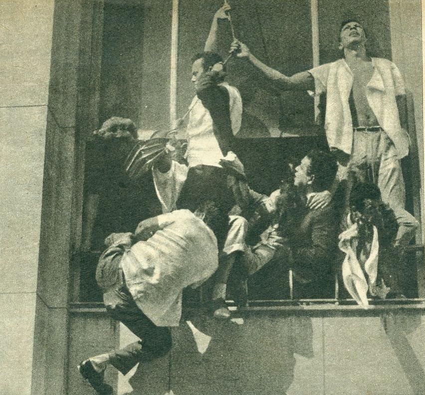 Vítimas do incêndio, em desespero, tentam se equilibrar em uma janela