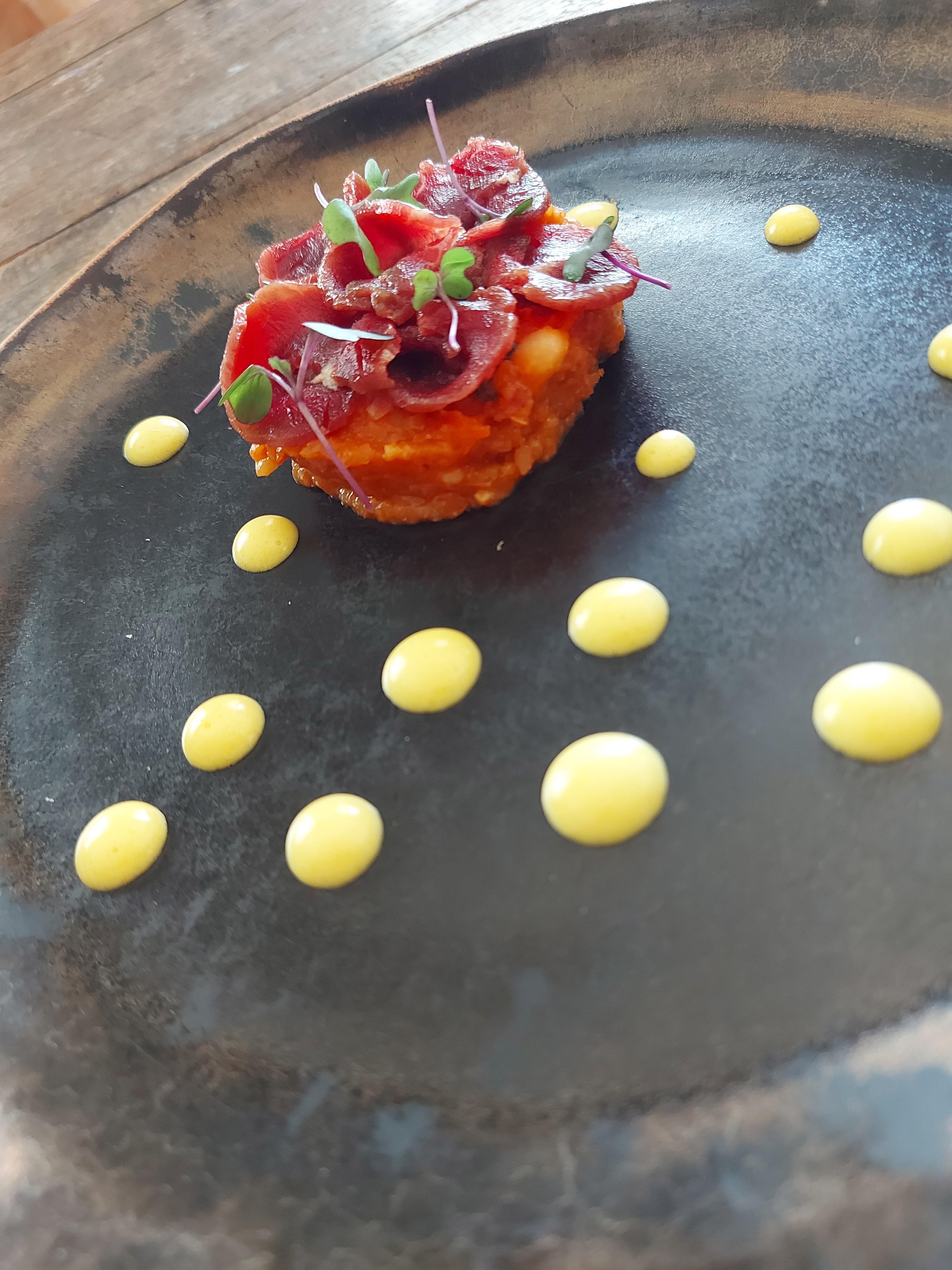 Matula de feijão branco com bacon e ervas aromáticas, carpaccio de carne de sol e maionese de pequi: no menu do jantar especial do Térèze