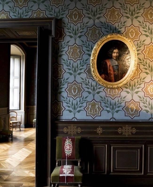 Imagem mostra uma sala no Castelo D' Ancy. Em primeiro plano uma parede com lambri de madeira. Em segundo plano uma cadeira.