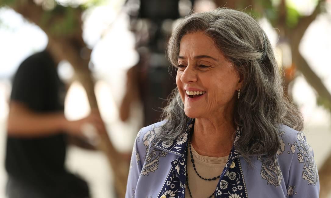 Marieta Severo no set de filmagem de Noite de Alface, sorrindo