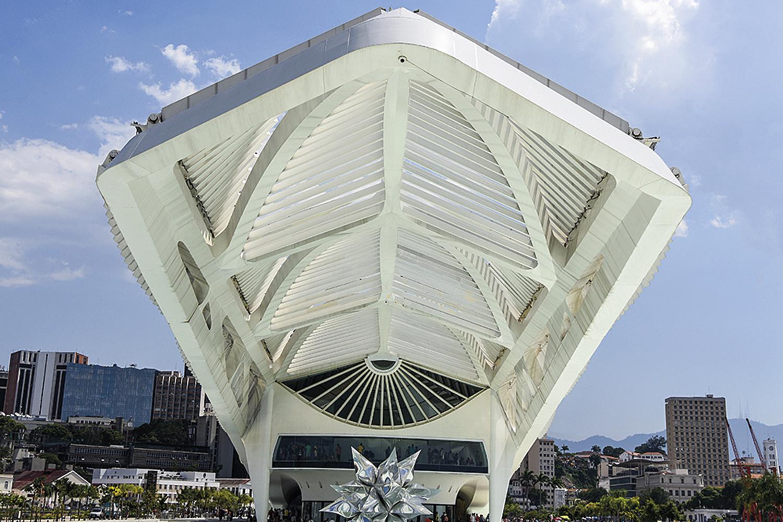 Área externa do Museu do Amanhã mostra a grande escultura de estrela no espelho d'água