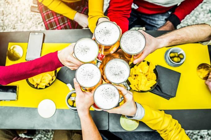 people-toasting-a-beer-in-brewery-pub-friends-havi-6NHDWRP