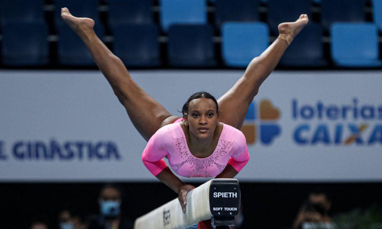 A imagem mostra a ginasta Rebeca Andrade fazendo um exercicio