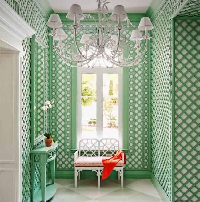 Imagem mostra um hall com treliça verde