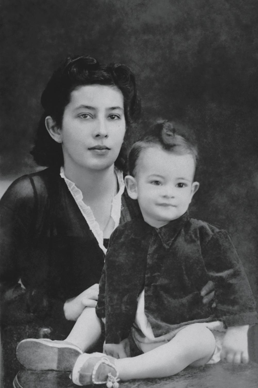 Dona Beíta, a matriarca, hoje com 98 anos, e o bebê Ney: lembrança da primeira viagem ao Rio -
