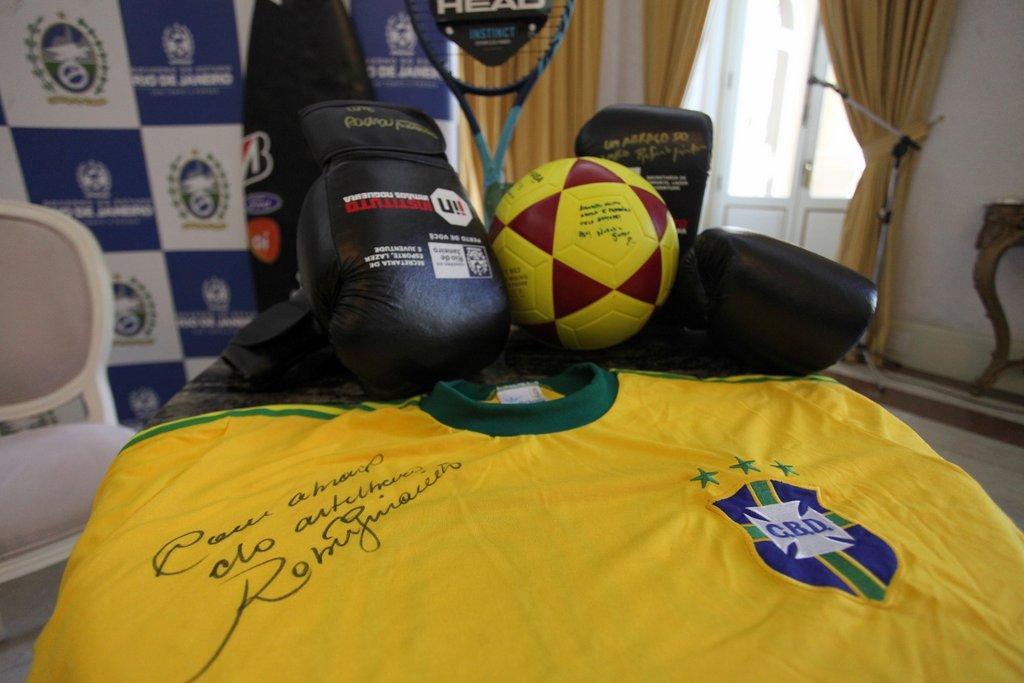 Imagem mostra camisa do Brasil autografada