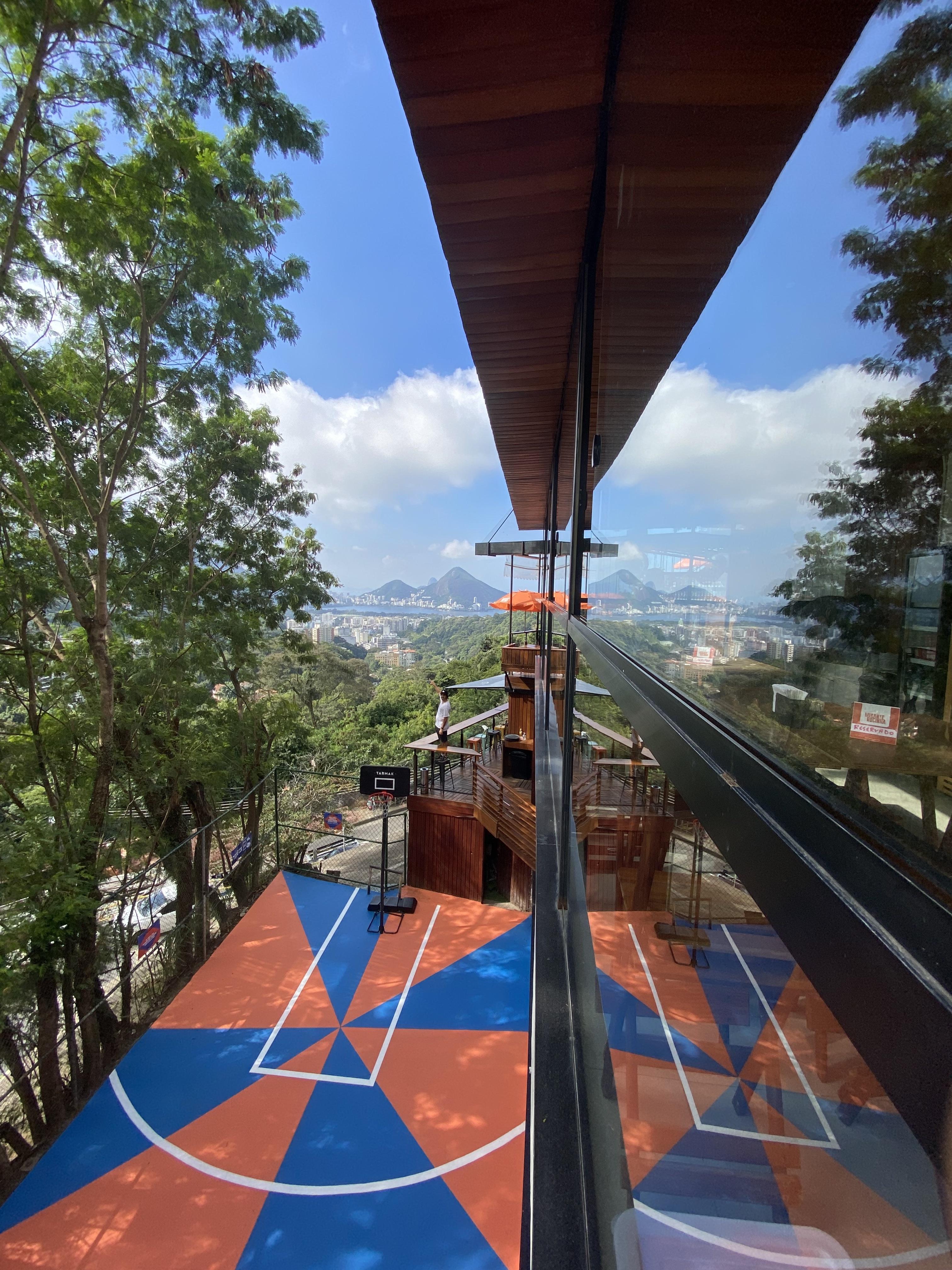 Foto mostra a vista da quadra localizada no mirante da Rocinha