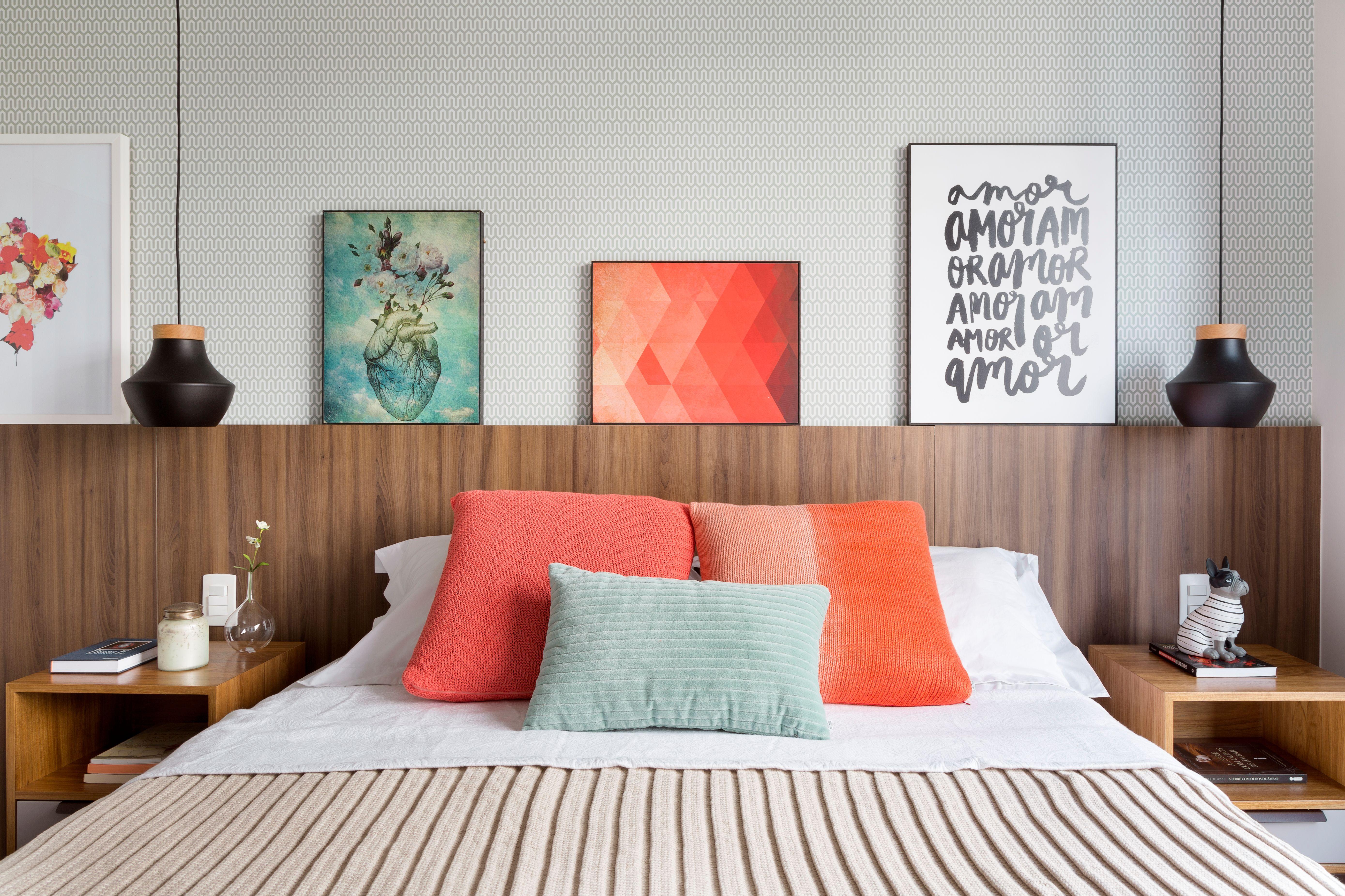 Apê com área social integrada, clara e colorida: perfeito para receber.