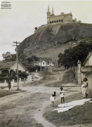 Foto antiga em preto e branco da Igreja da Penha