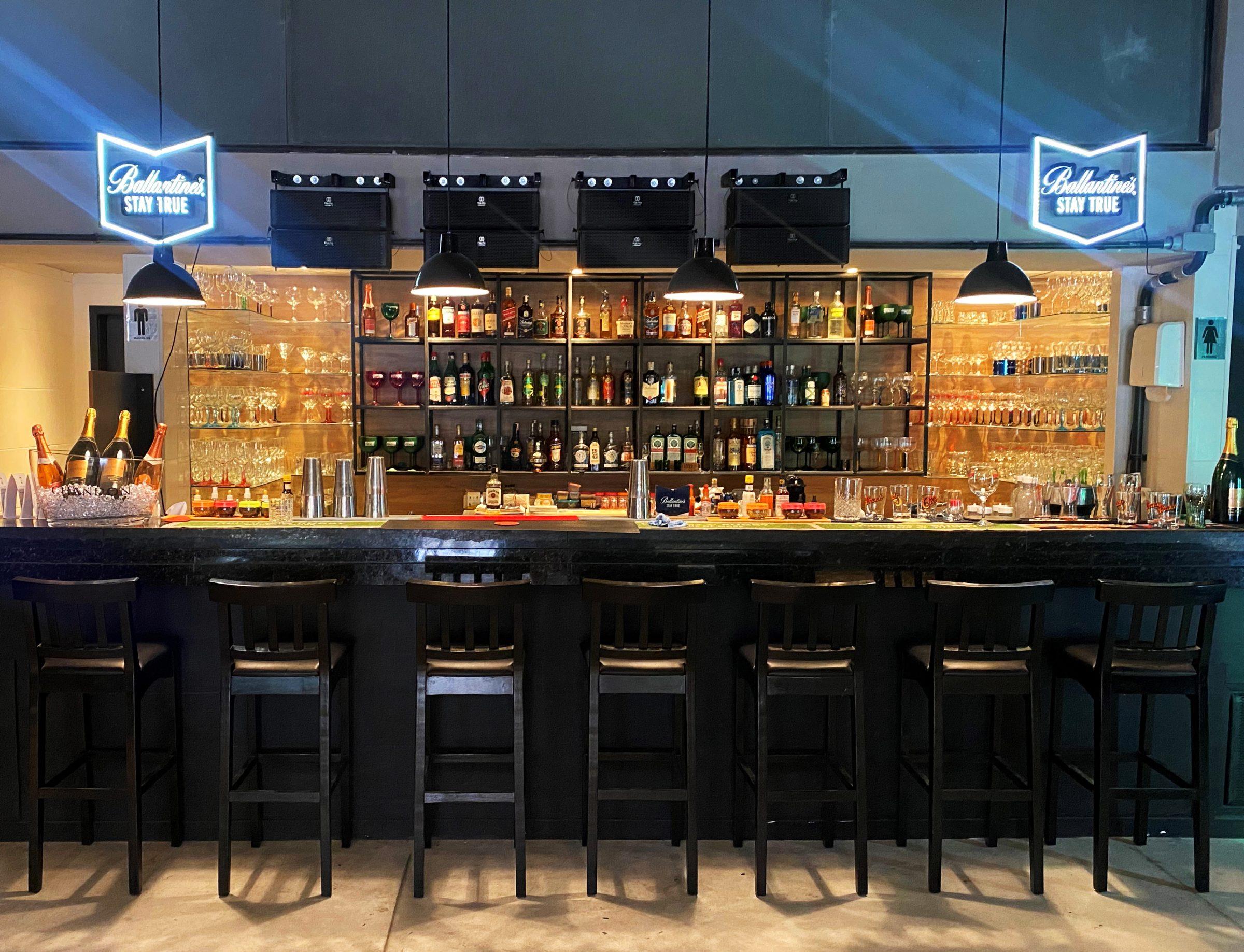 Bar do Honô: balcão no salão interno