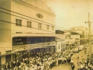 Foto em preto e branco de uma grande quantidade de pessoas na porta do Cine Guaraci, em 1953, para sua inauguração