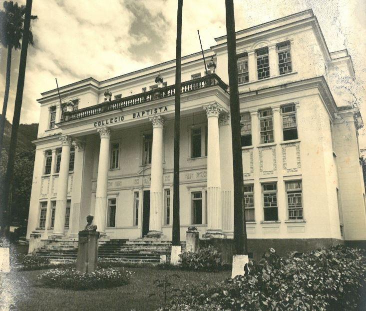 Foto em preto e branco do centenário prédio do Colégio Batista Shepard da Tijuca