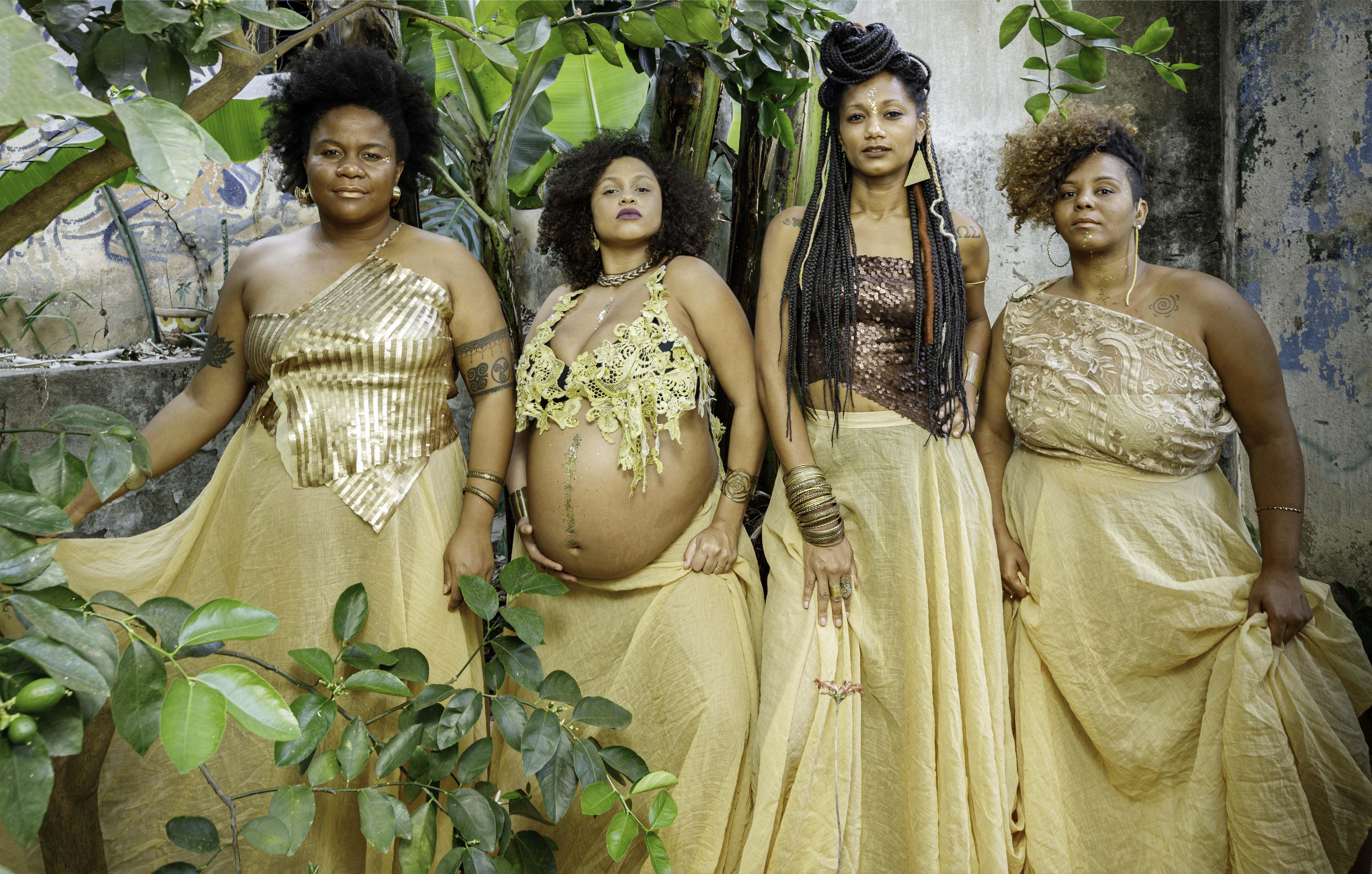 Coletivo Negras Autoras vestidas de dourado