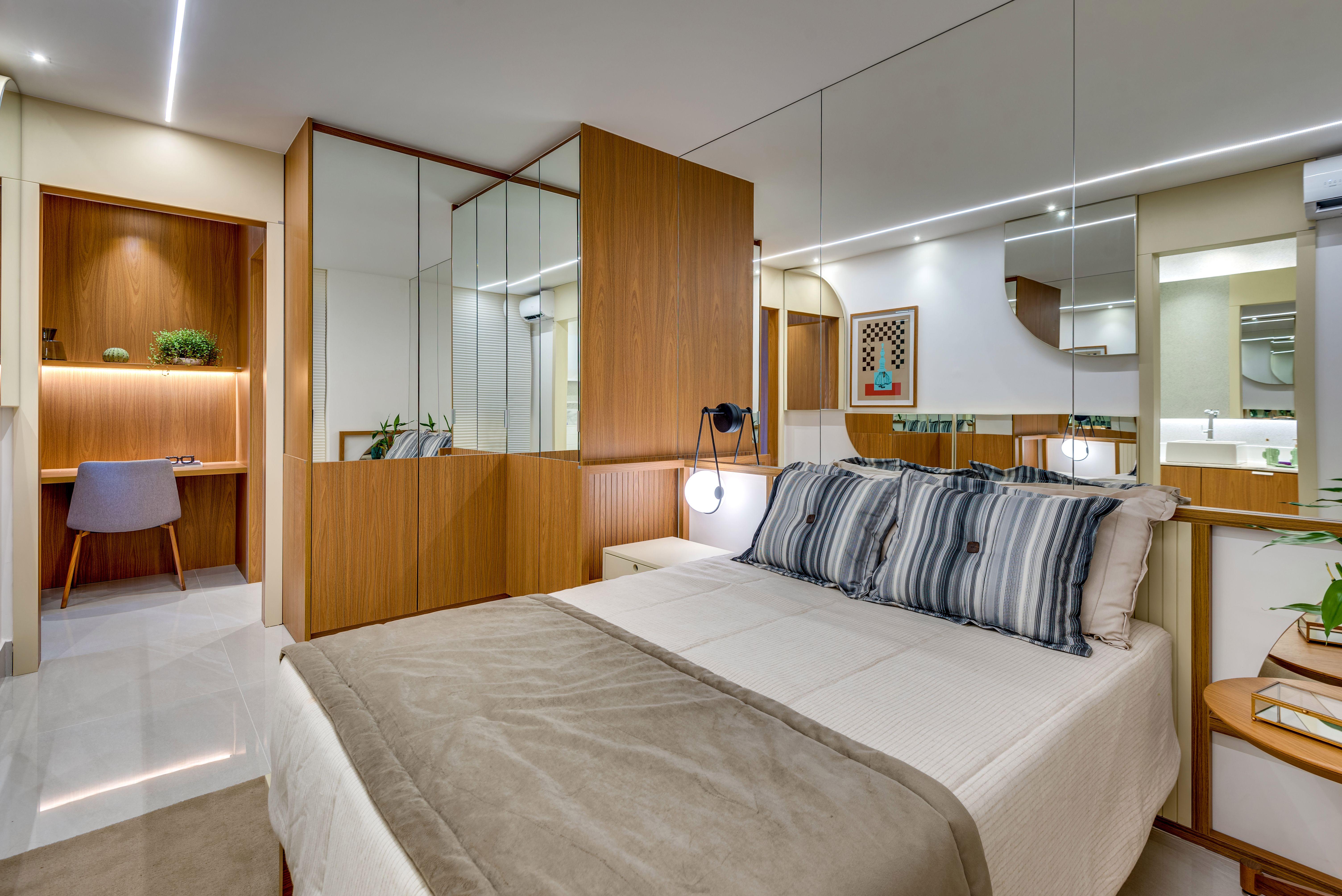 Muita madeira e espelhos marcam este apartamento assinado por Leo Romano.