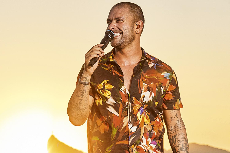 Diogo Nogueira no palco na baía de guabanara, com o microfone na mão