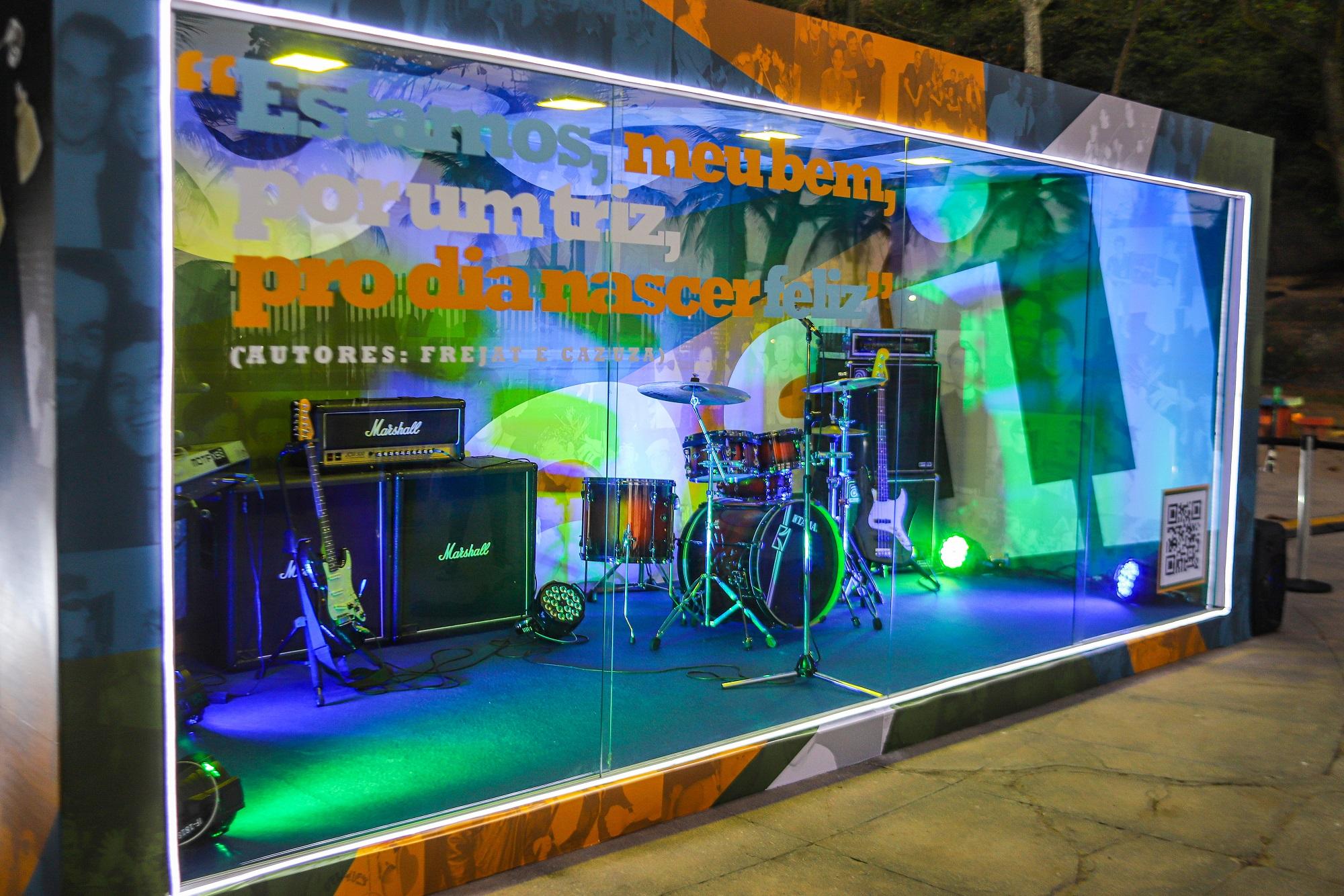 Estúdio de vidro no Arpoador com instrumentos musicais