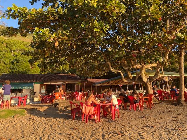 O clima pé na areia do restaurante Peixe com Banana