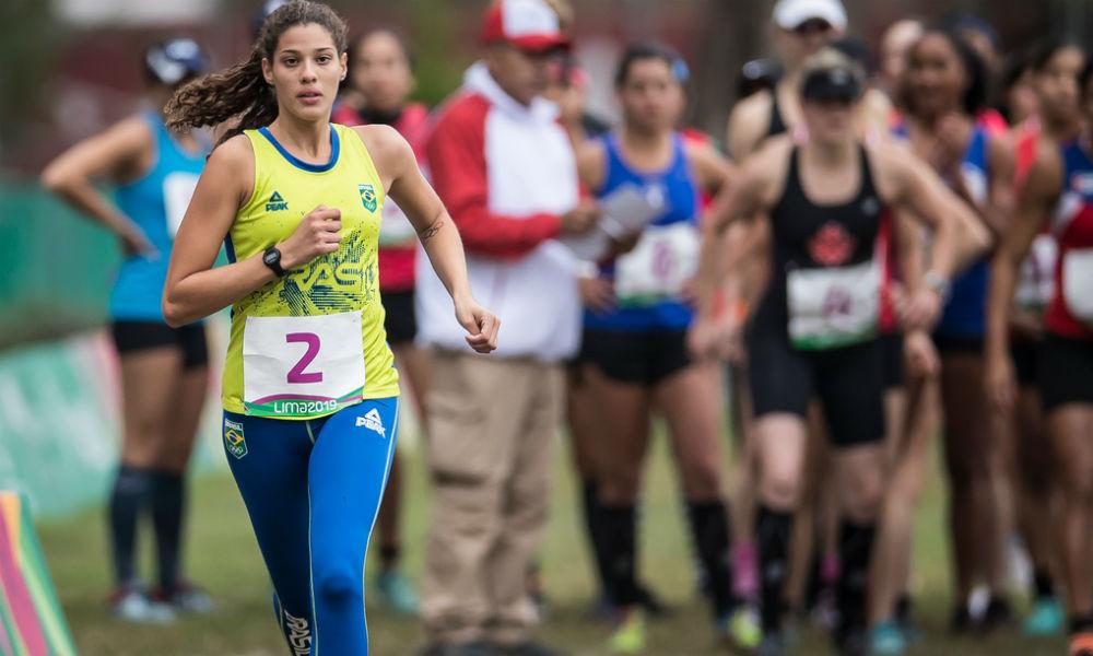 Foto mostra a atleta Iêda Guimarães correndo em competição com outras competidoras desfocadas ao fundo