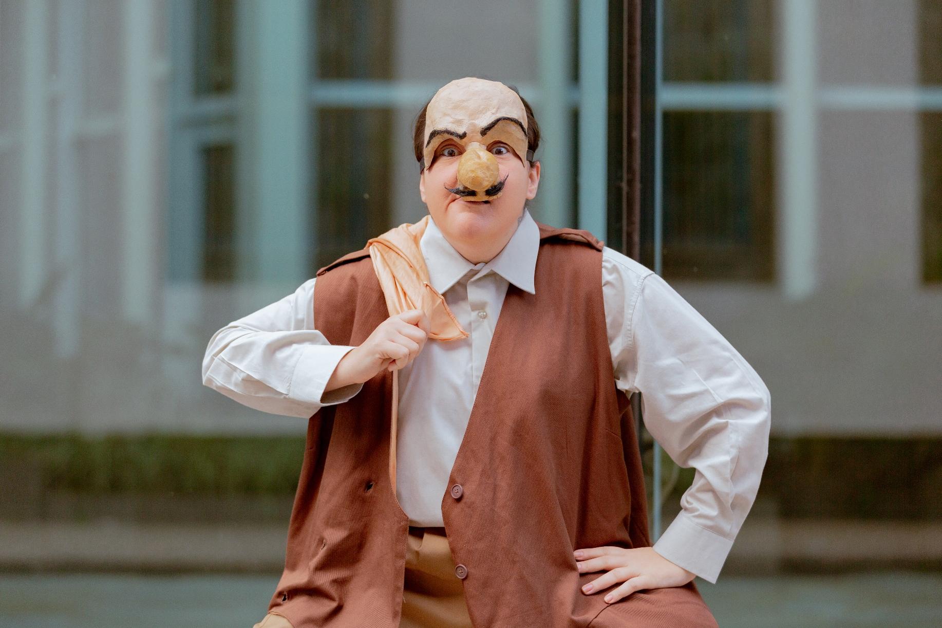 ator com máscara de narigão