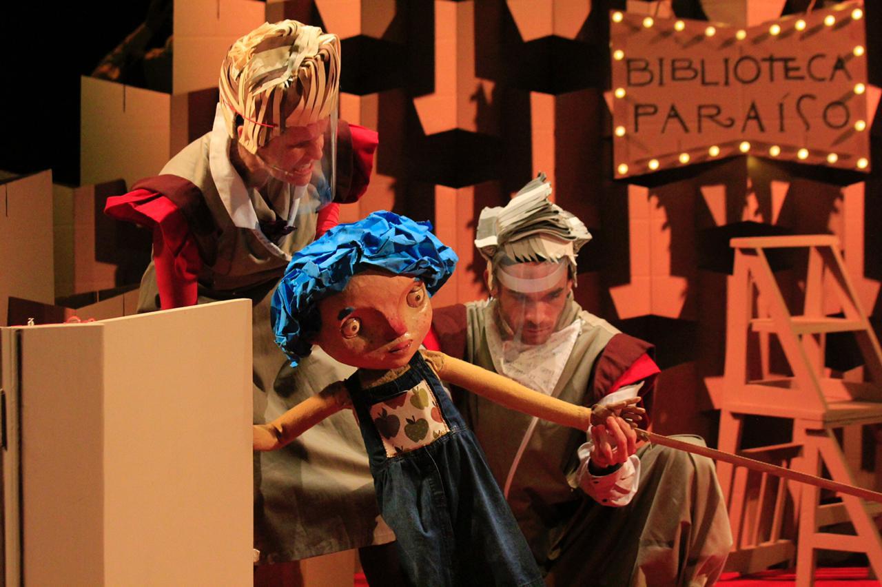Atores manipulando bonecos no palco