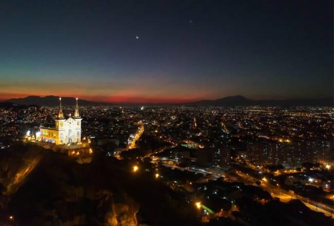 Foto noturna de drone feita Victor Carnevale da região da Penha