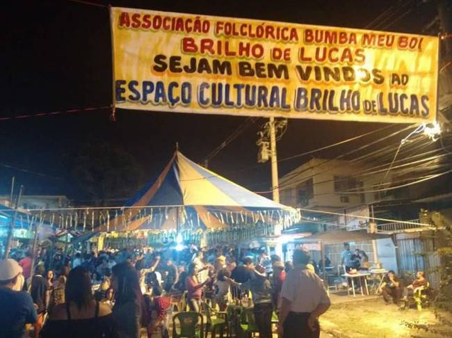 Foto de um cartaz ando boas vinda para as pessoas que chegam na Festa de rua do Boi Brilhante de Lucas