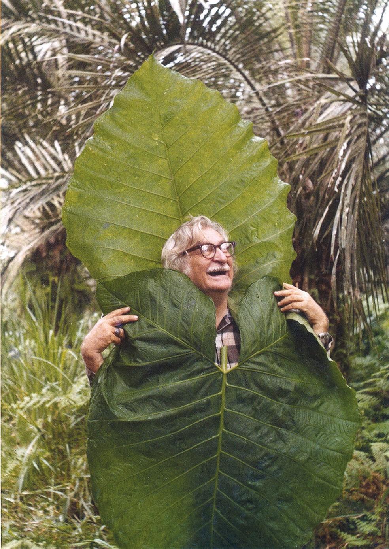 Paisagista Roberto Burle Marx entre plantas