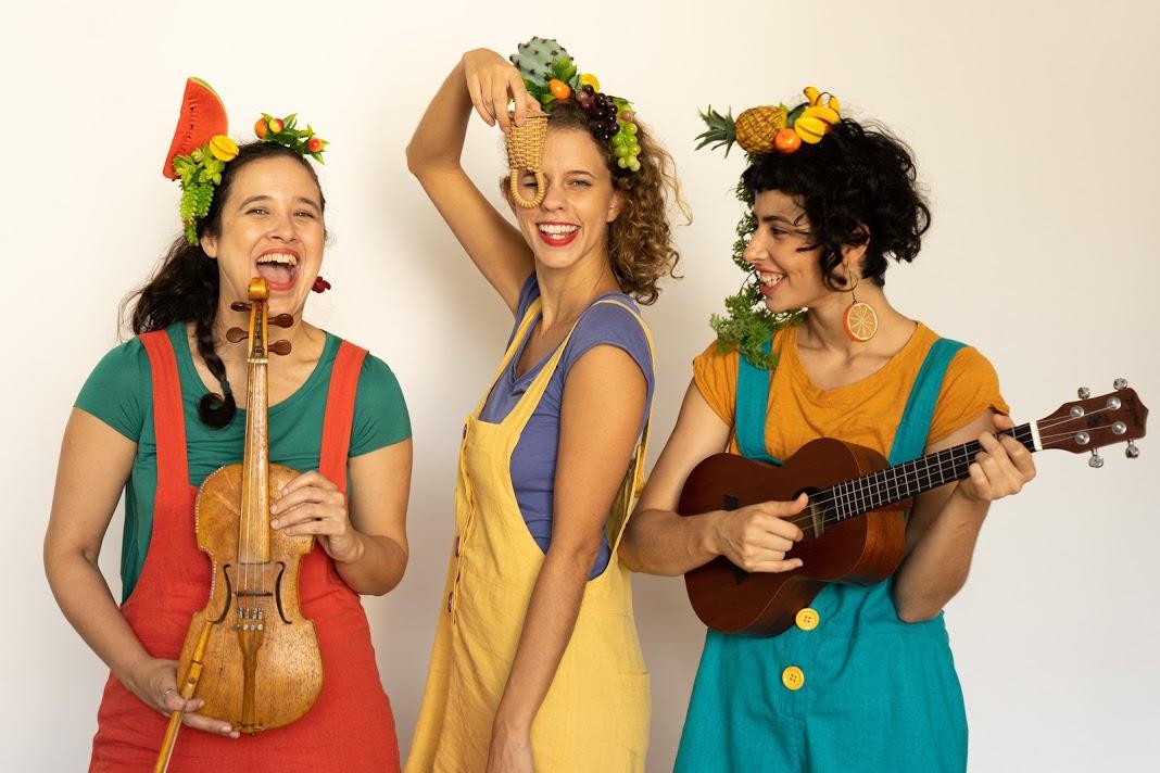 Bebel Nicioli, Mariana Jascalevitch e Renata Neves com instrumentos musicais