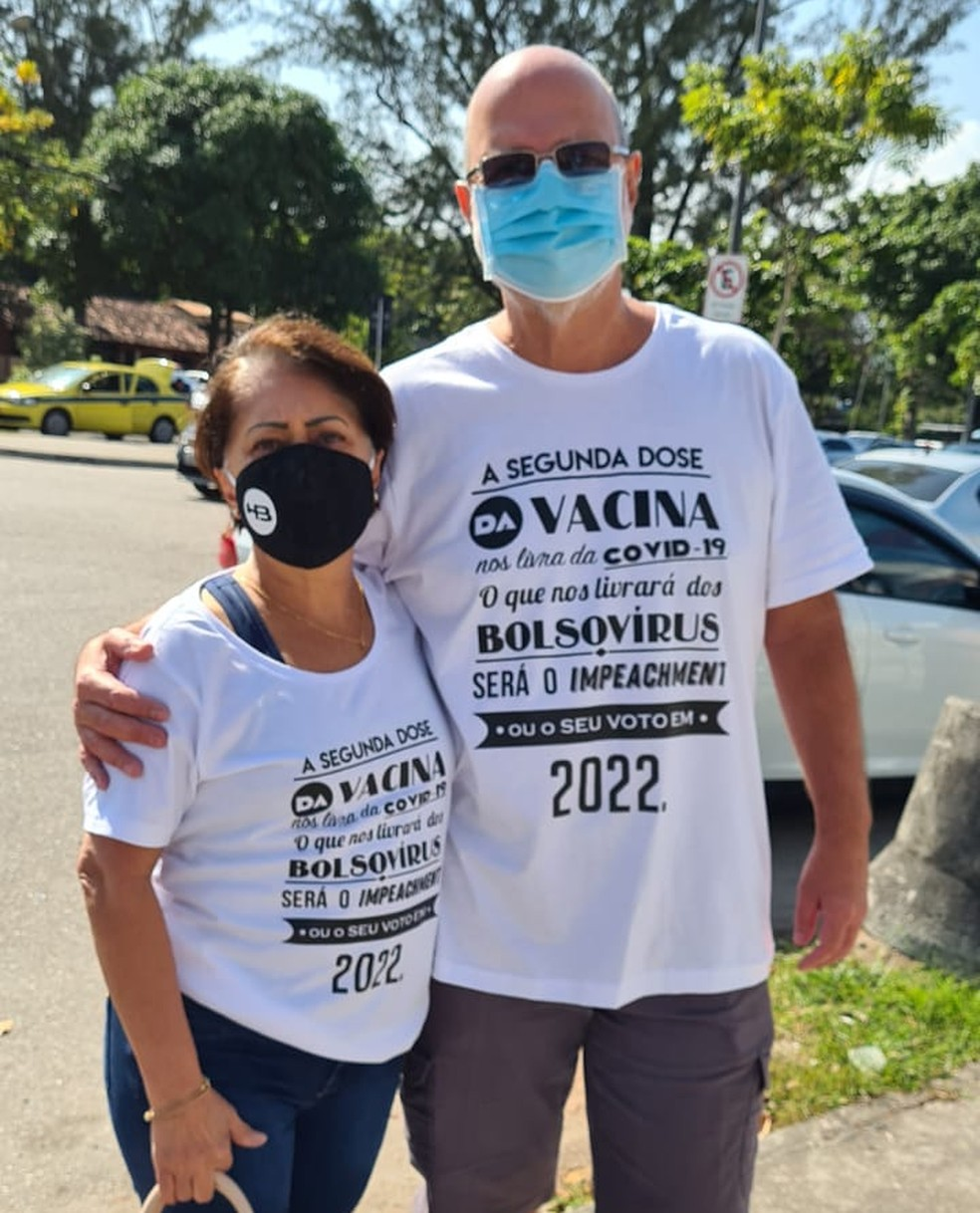 A imagem mostra um casal vestindo camiseta com mensagem anti-Bolsonaro