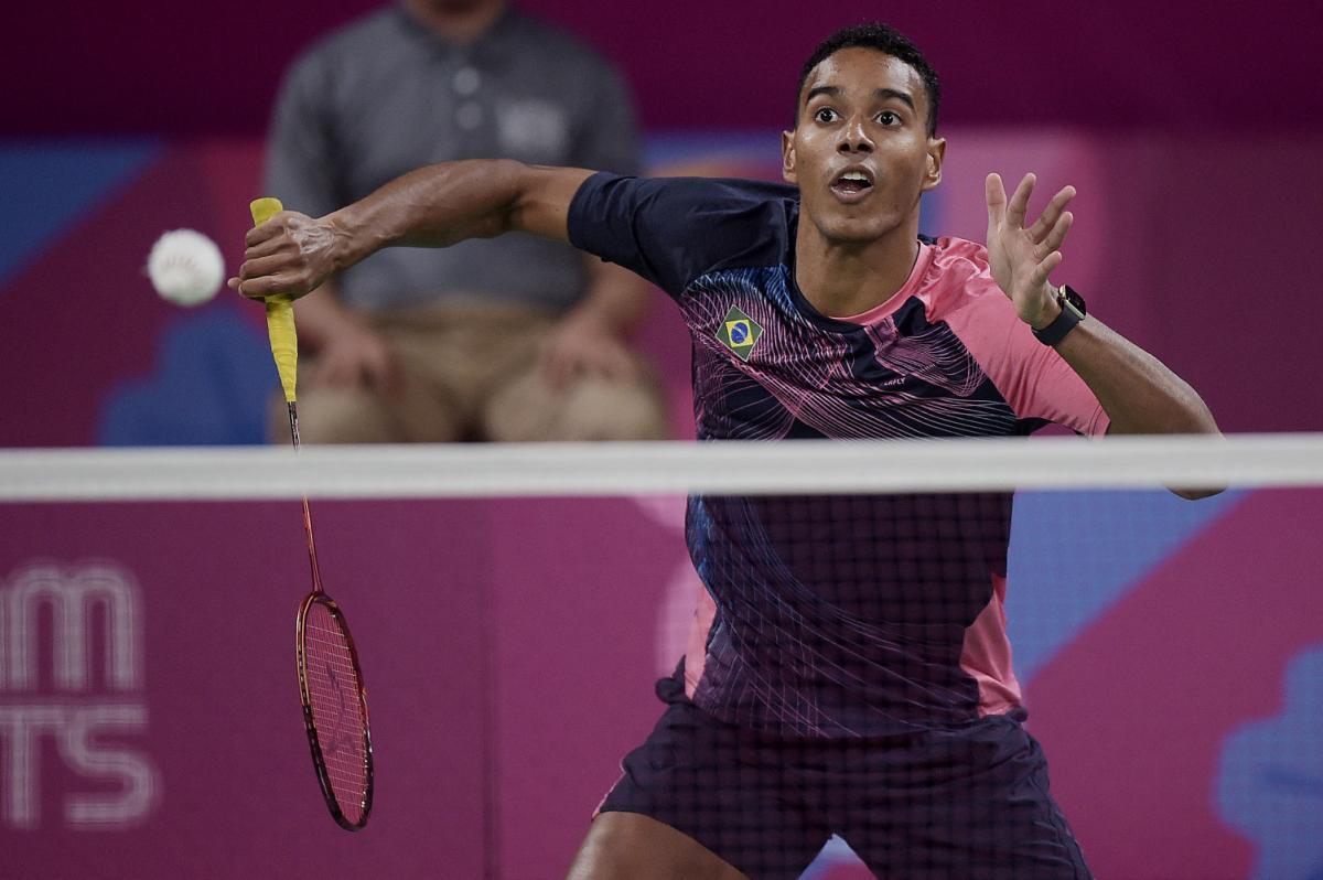 Imagem mostra o atleta Ygor Coelho jogando badminton em quadra